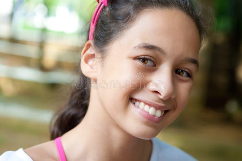 Menina nova do adolescente ao ar livre. imagens de stock royalty free
