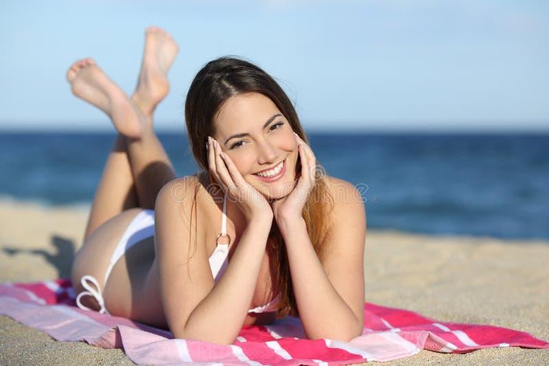 Menina nova do adolescente na praia imagem de stock