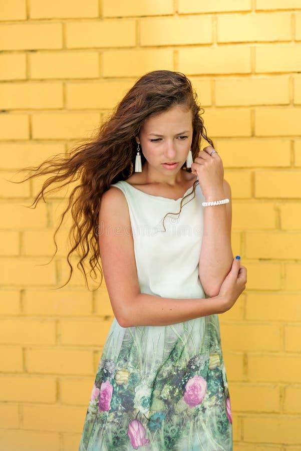 a menina nova do adolescente recuou com pesar e tristeza com uma emoção triste em sua cara imagem de stock