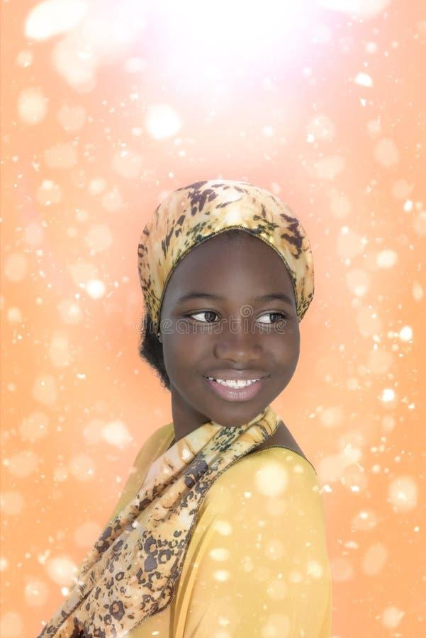 Menina nova do Afro que sorri em uma atmosfera mágica imagens de stock royalty free