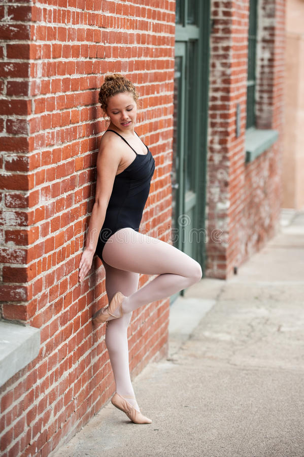 Menina nova do bailado e construção velha fotografia de stock royalty free