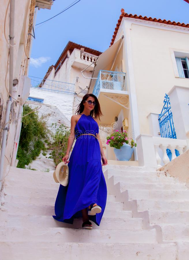 Menina nova do estilo no vestido azul que acorda para baixo imagens de stock royalty free