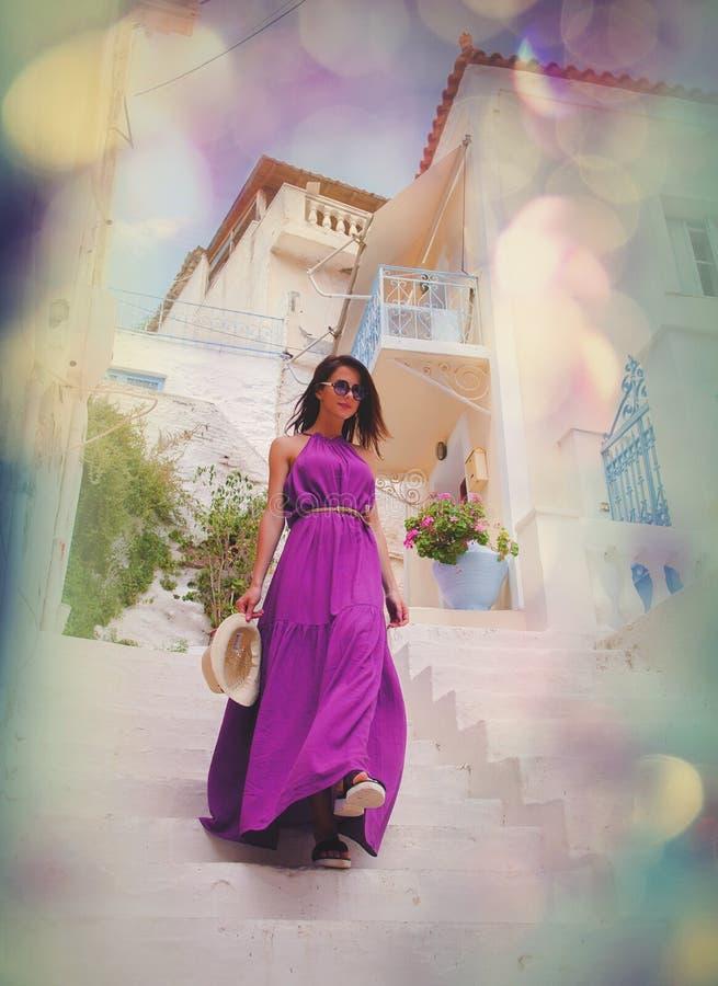 Menina nova do estilo no vestido azul que acorda para baixo fotos de stock royalty free