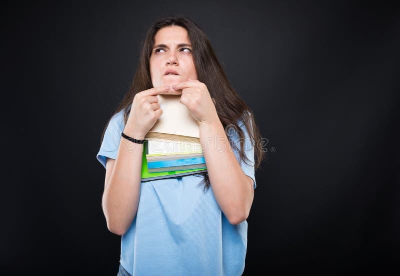Menina nova do estudante que espreme a espinha na pele fotos de stock