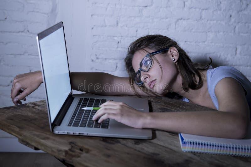 Menina nova do estudante que estuda em casa o laptop cansado que prepara o esforço esgotado e frustrado do exame do sentimento fotos de stock royalty free