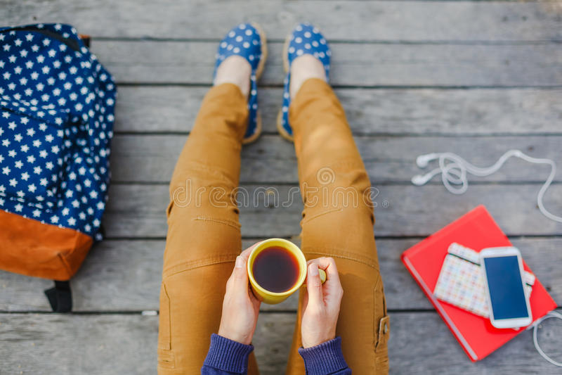 A menina nova do moderno tem uma estadia do chá exterior imagens de stock royalty free