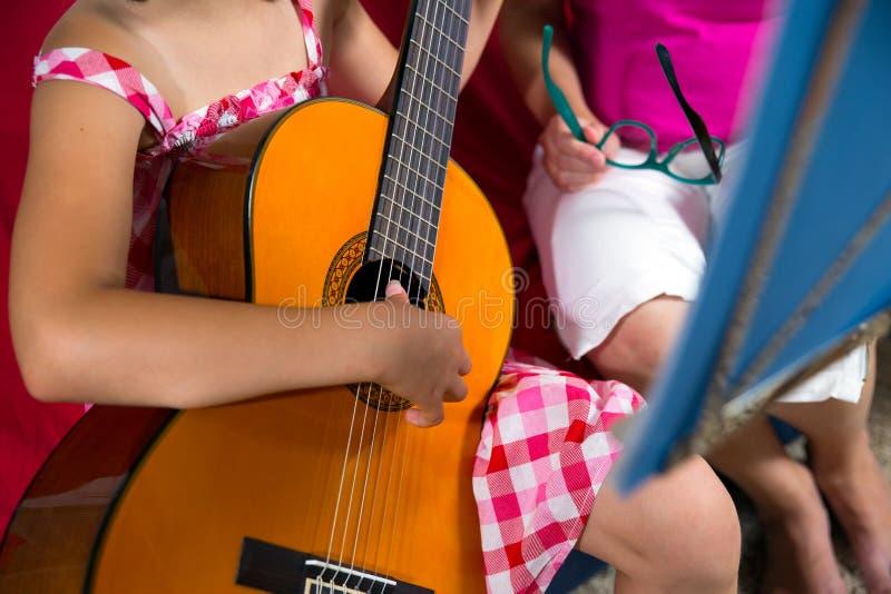 Menina nova do preteen que tem a lição da guitarra em casa imagens de stock royalty free