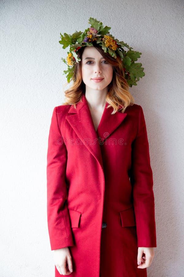 Menina nova do ruivo com a grinalda das folhas do carvalho fotos de stock royalty free