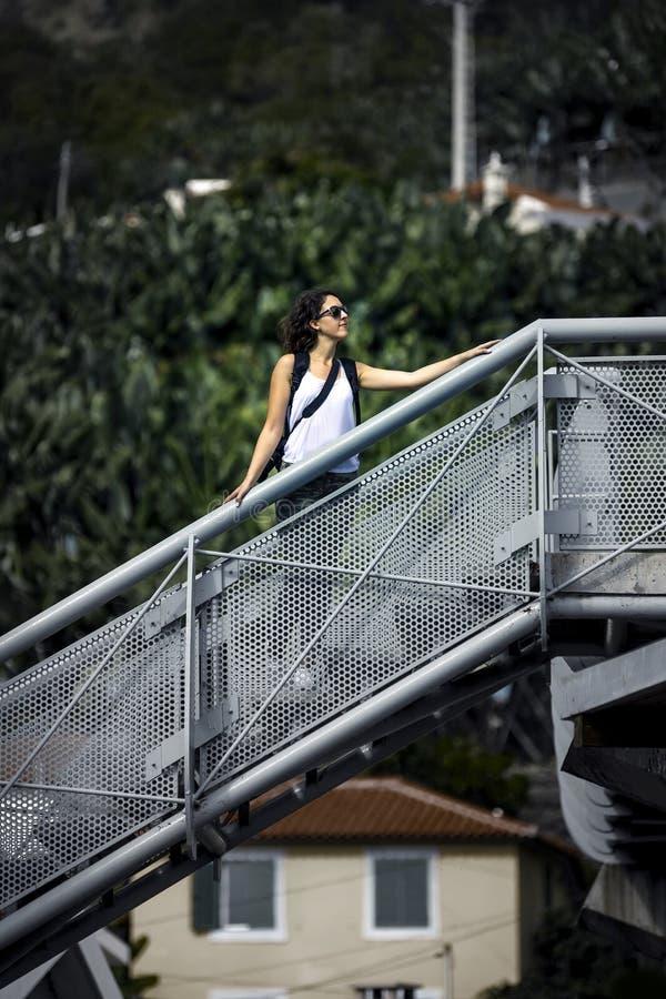 Menina nova e atrativa na camisa e nas sapatilhas brancas na ilha de Madeira imagem de stock