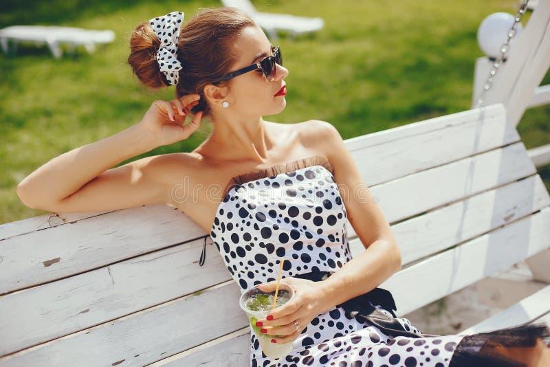 Menina nova e bonita em um parque do ver?o imagens de stock royalty free