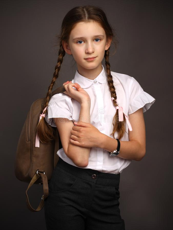 Menina nova, esperta bonita Adolescente na escola fotos de stock royalty free