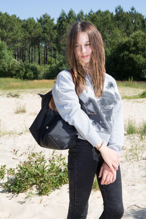 Menina nova magro apta do adolescente com saco preto imagem de stock royalty free