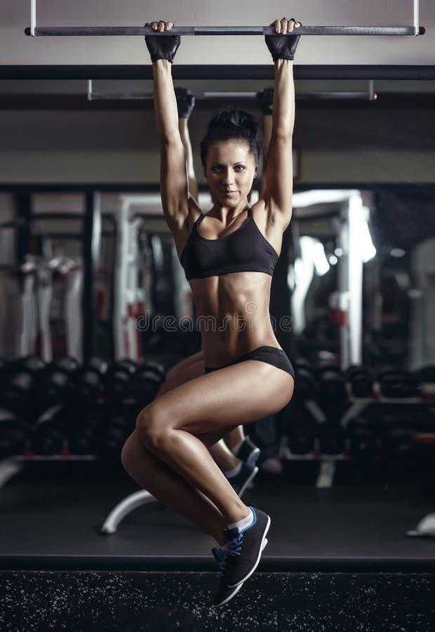A menina nova 'sexy' da aptidão levanta no gym foto de stock royalty free