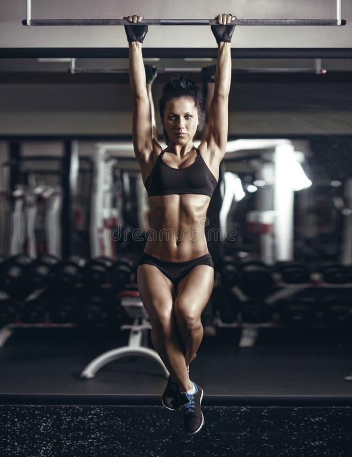 A menina nova 'sexy' da aptidão levanta no gym