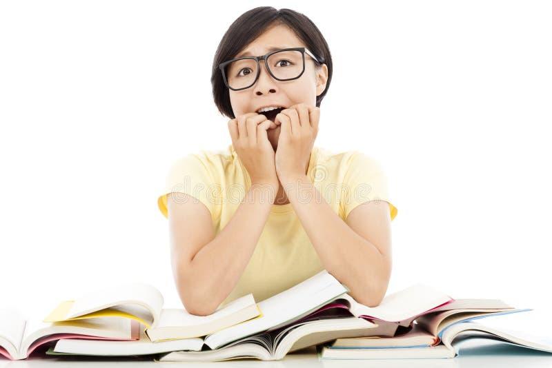 Menina nova surpreendida do estudante com muitos livro fotos de stock