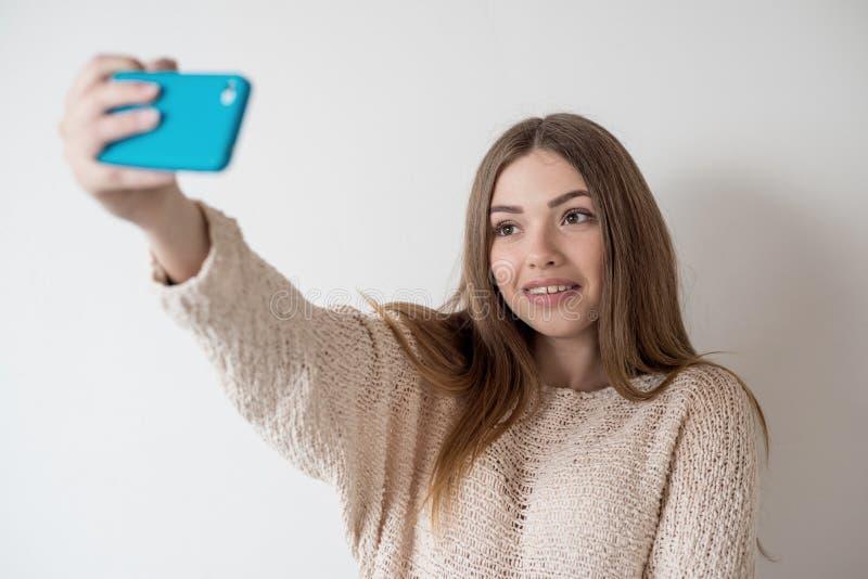 A menina o adolescente com cabelo longo faz o selfie imagem de stock royalty free