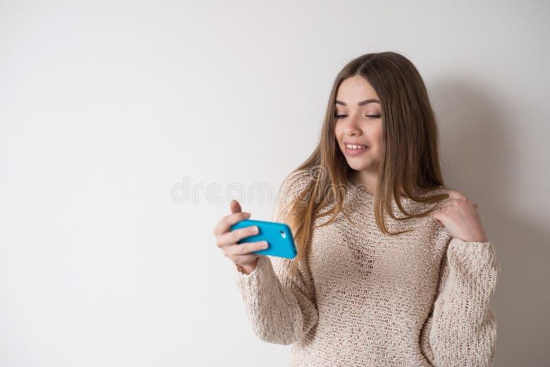 Menina o adolescente com o cabelo longo, falando no telefone foto de stock royalty free