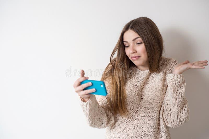 Menina o adolescente com o cabelo longo, falando no telefone foto de stock