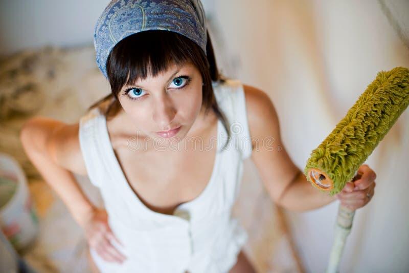 A menina o pintor de casa imagens de stock