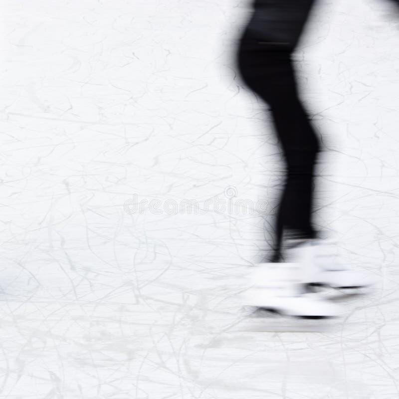 Menina obscura da patinagem no gelo dos Arty fotografia de stock