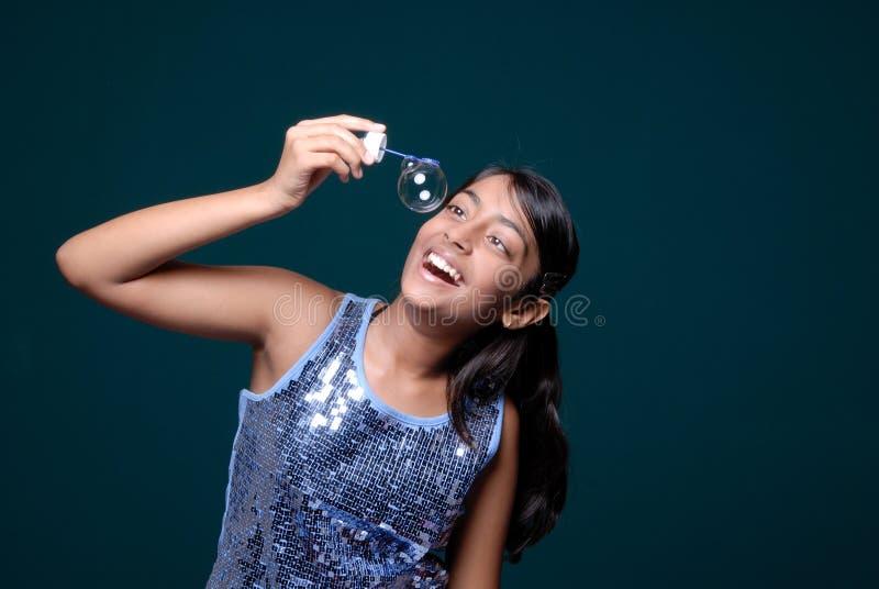 Menina observando a bolha de sabão de suspensão fotos de stock royalty free