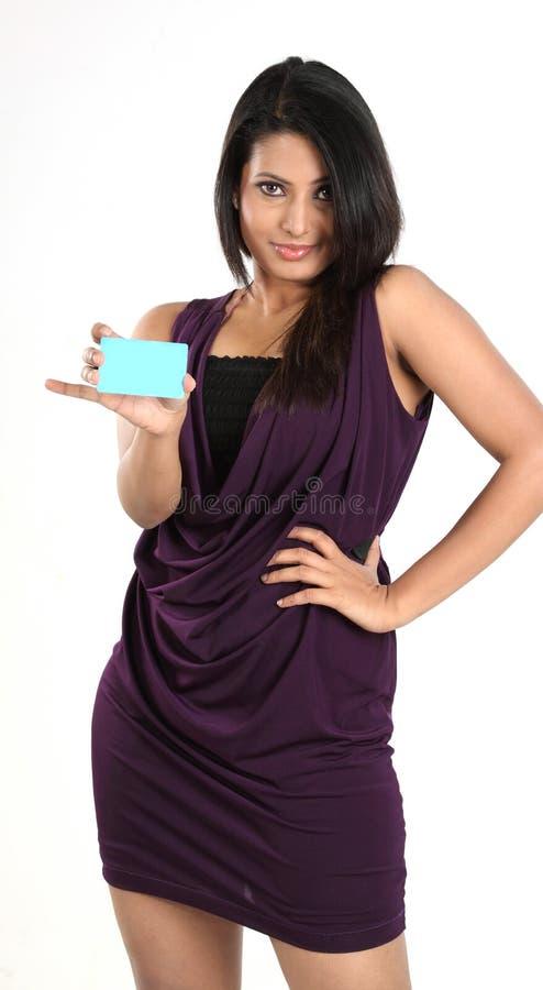 Menina ocasional bonita que prende um cartão de crédito fotos de stock