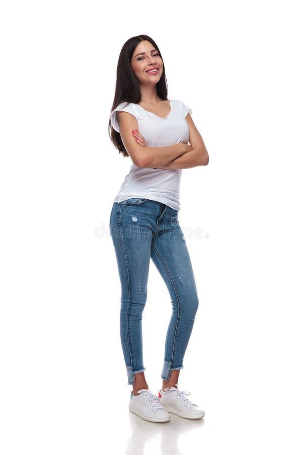Menina ocasional segura que veste uma posição branca do t-shirt fotos de stock