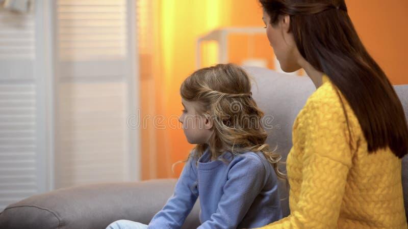 Menina ofendida girada longe da m?e, filha do xingamento da mam? para o comportamento mau fotografia de stock royalty free