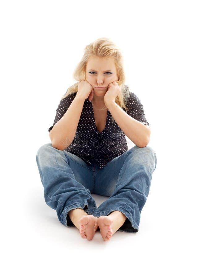 Menina ofendida que senta-se no assoalho foto de stock royalty free