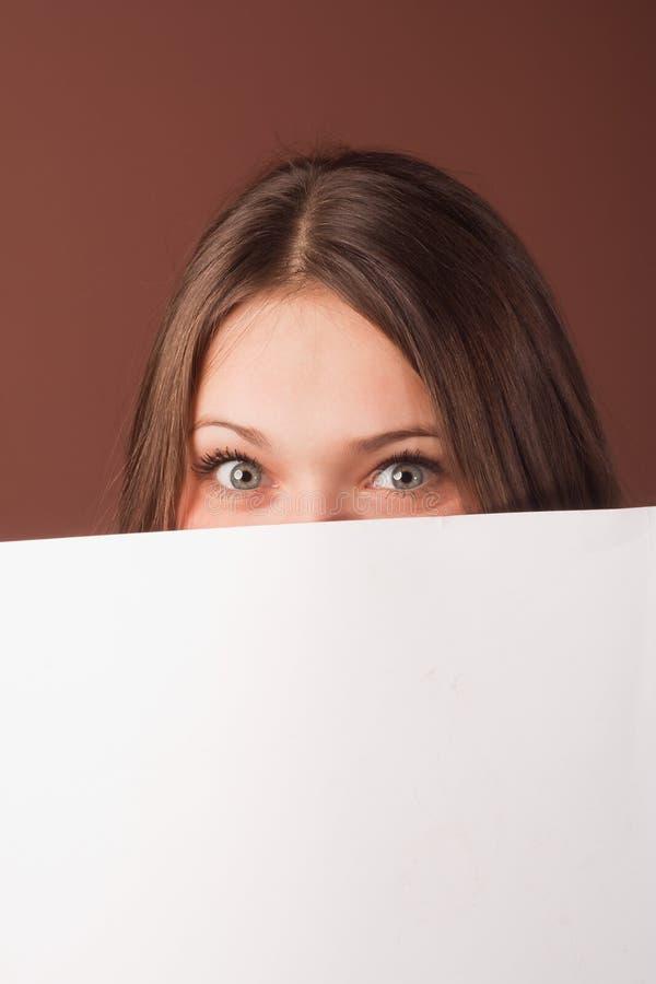 A menina olha com seus olhos largos abre fotos de stock royalty free
