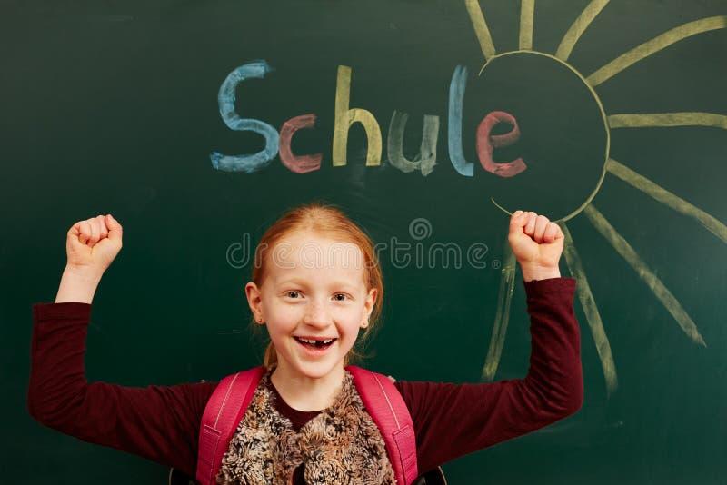 A menina olha para a frente à escola imagem de stock royalty free