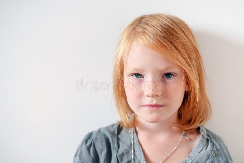 A menina olha seriamente a câmera fotos de stock royalty free