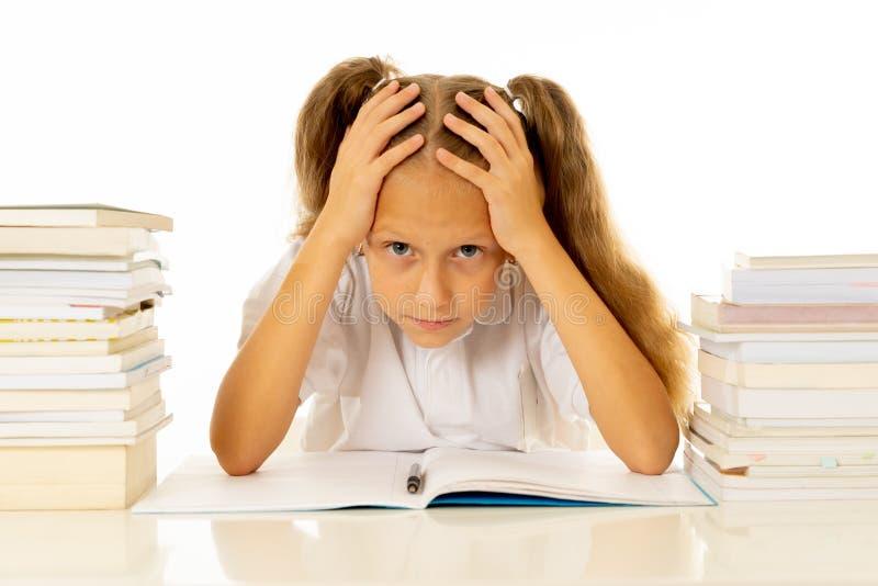 Menina oprimida com uma atitude negativa para estudos e escola após ter estudado demasiado e ter tido trabalhos de casa demais imagem de stock