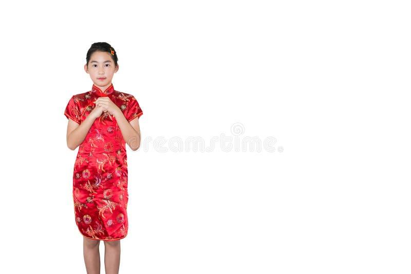 Menina oriental pequena que deseja lhe um isolat chinês feliz do ano novo fotografia de stock
