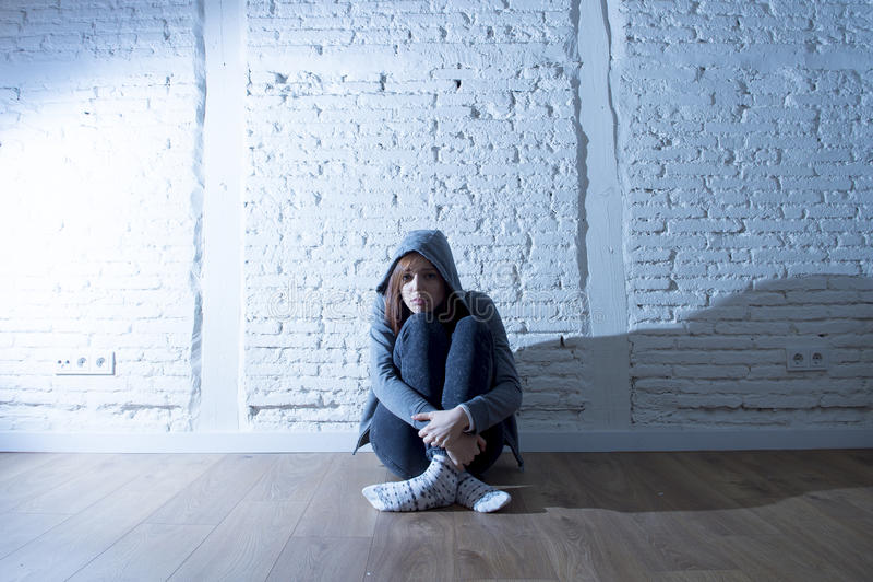 Menina ou jovem mulher do adolescente que sentem vista triste e assustado oprimido e comprimido imagens de stock