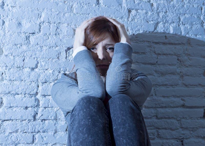 Menina ou jovem mulher do adolescente que sentem vista triste e assustado oprimido e comprimido fotografia de stock
