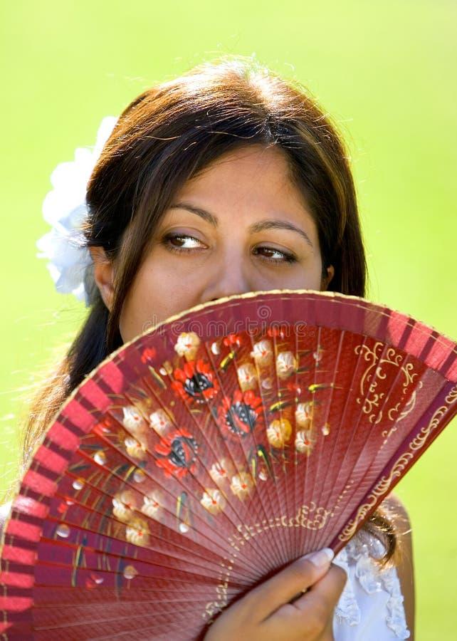 Menina ou mulher espanhola nova que prendem o ventilador tradicional imagem de stock