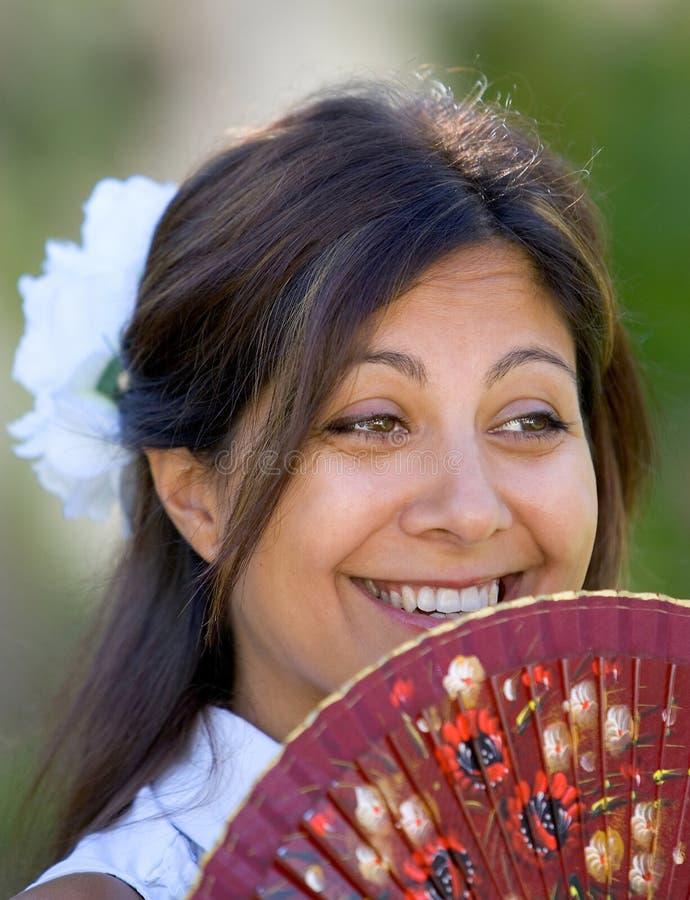 Menina ou mulher espanhola nova que sorriem no traditiona da terra arrendada da câmera fotos de stock