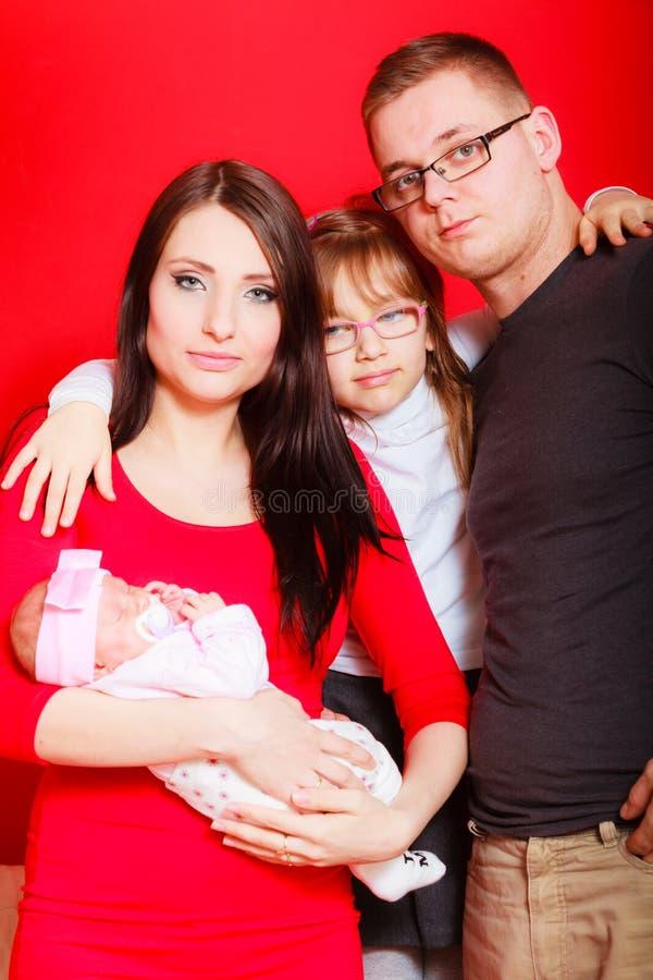 Menina, pai e m?e da crian?a guardando o beb? rec?m-nascido imagem de stock royalty free