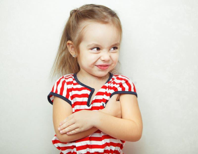 A menina parece ter tomado a ofensa mas os sorrisos fotos de stock royalty free
