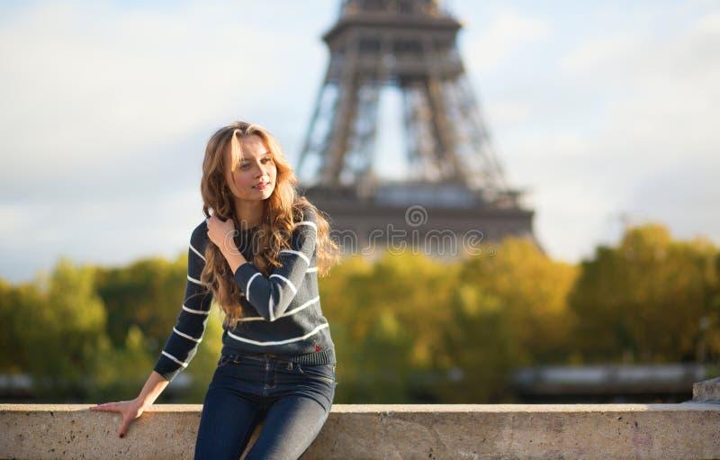 Menina parisiense bonita perto da torre Eiffel fotografia de stock