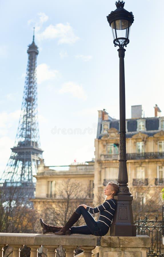 Menina parisiense fora, torre Eiffel no fundo imagem de stock royalty free