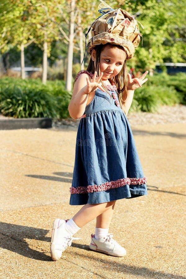 Menina parva no chapéu imagens de stock royalty free