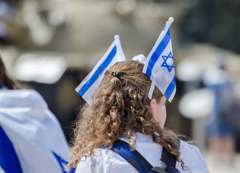 A menina patriótica com a bandeira israelita em sua cabeça comemora o dia de Israel Independence foto de stock royalty free