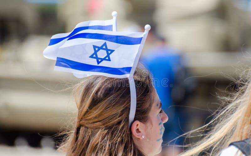 A menina patriótica com a bandeira israelita em sua cabeça comemora o dia de Israel Independence fotografia de stock royalty free