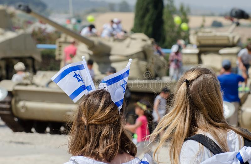 A menina patriótica com a bandeira israelita em sua cabeça comemora o dia de Israel Independence em museu blindado do corpo de La imagem de stock royalty free