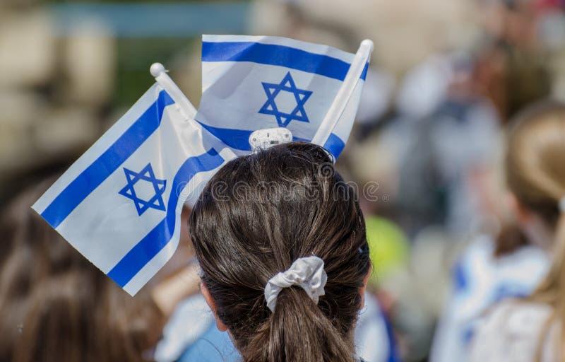 A menina patriótica com a bandeira israelita na cabeça comemora o dia de Israel Independence fotografia de stock royalty free