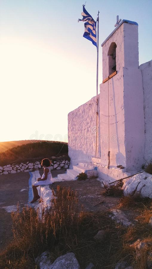 Menina pela igreja grega na ilha de Arkoi fotografia de stock