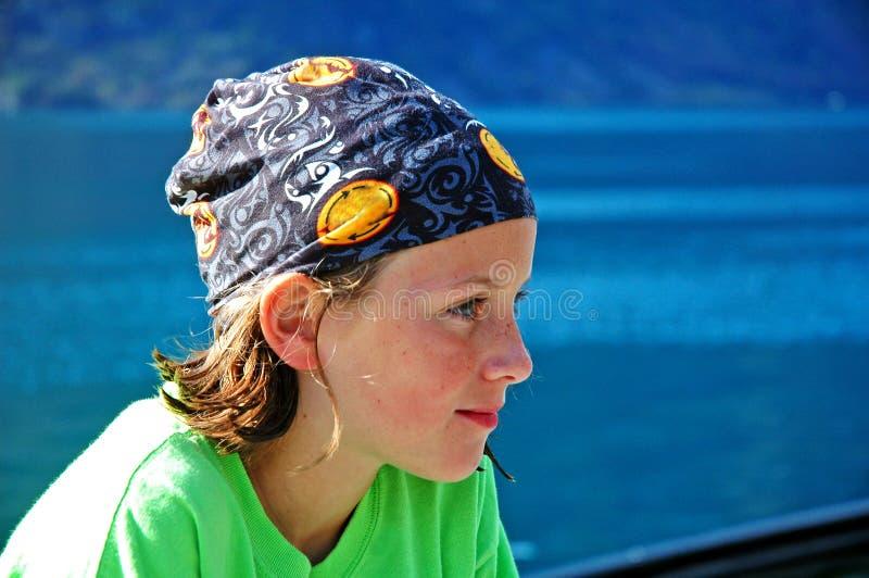 Menina pelo lenço desgastando da água fotos de stock
