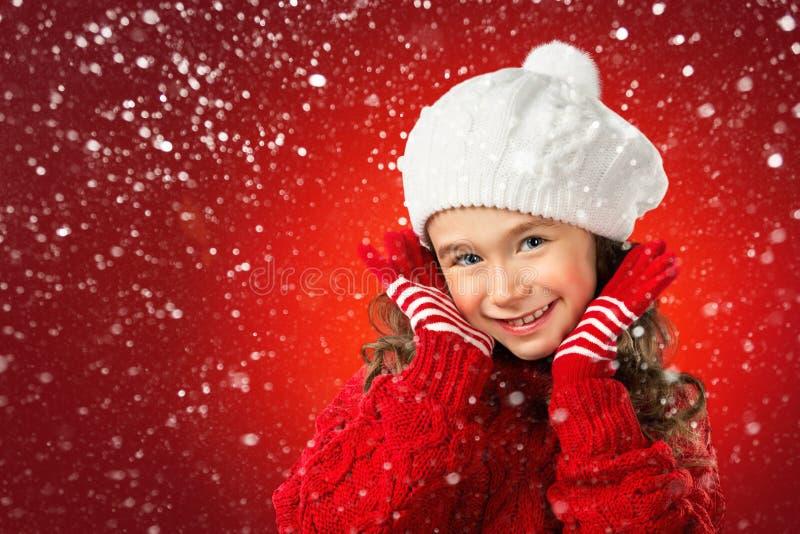 A menina pensa sobre Santa no fundo vermelho Venda do Natal fotos de stock